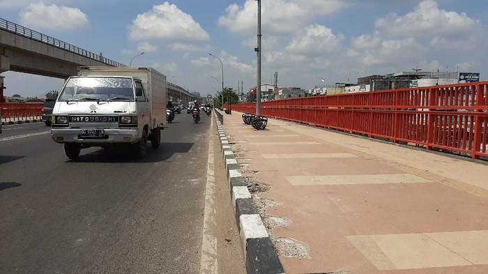 Trotoar di Jembatan Ampera Palembang rusak (Raja Adil-detikcom)