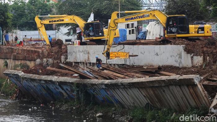 Perbaikan turap Kanal Banjir Barat, di Pejompongan, Jakarta, terus dilakukan. Turap ini longsor beberapa waktu lalu.