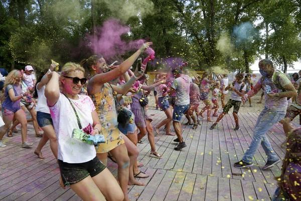 Biasanya festival Holi ini dirayakan pada musim semi, namun harus ditunda akibat pandemi virus Corona.