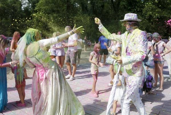 Maria dan Andrew, memutuskan melaksanakan pernikahan di hari Holi Festival.