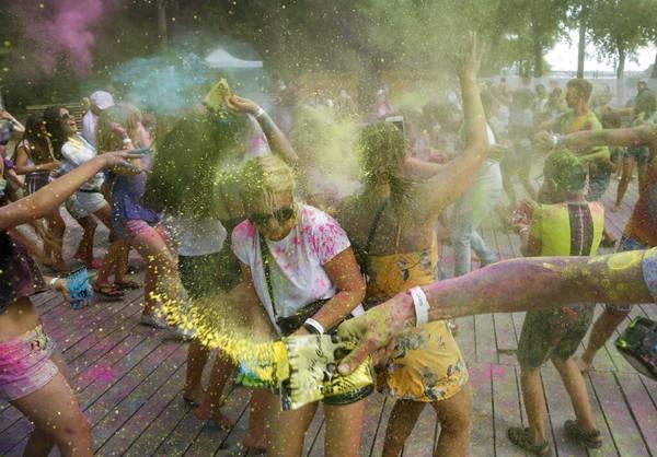 Festival Holi dirayakan dengan penuh kegembiraan.