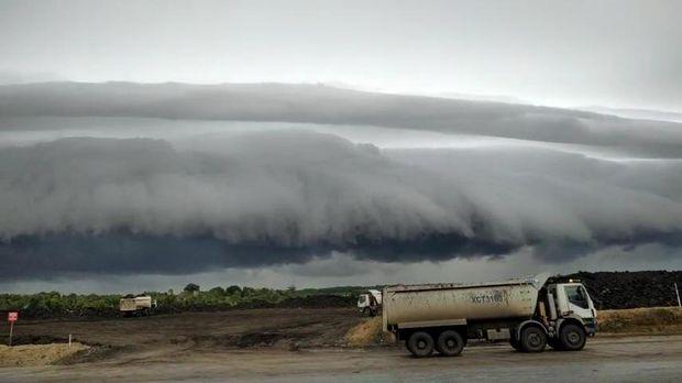 Video awan seperti ombak yang menggulung di Meulaboh, Aceh, viral. BMKG Aceh memberikan penjelasan.