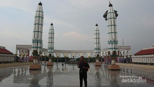 Masjid Agung Jawa Tengah memiliki enam payung hidrolik, mirip dengan yang ada di Masjid Nabawi. Selain menjadi tempat ibadah, Masjid Agung Jawa Tengah memiliki perpustakaan dan museum yang menceritakan sejarah tempat wisata di Semarang. (Dika Nuangsa/dTravelers)