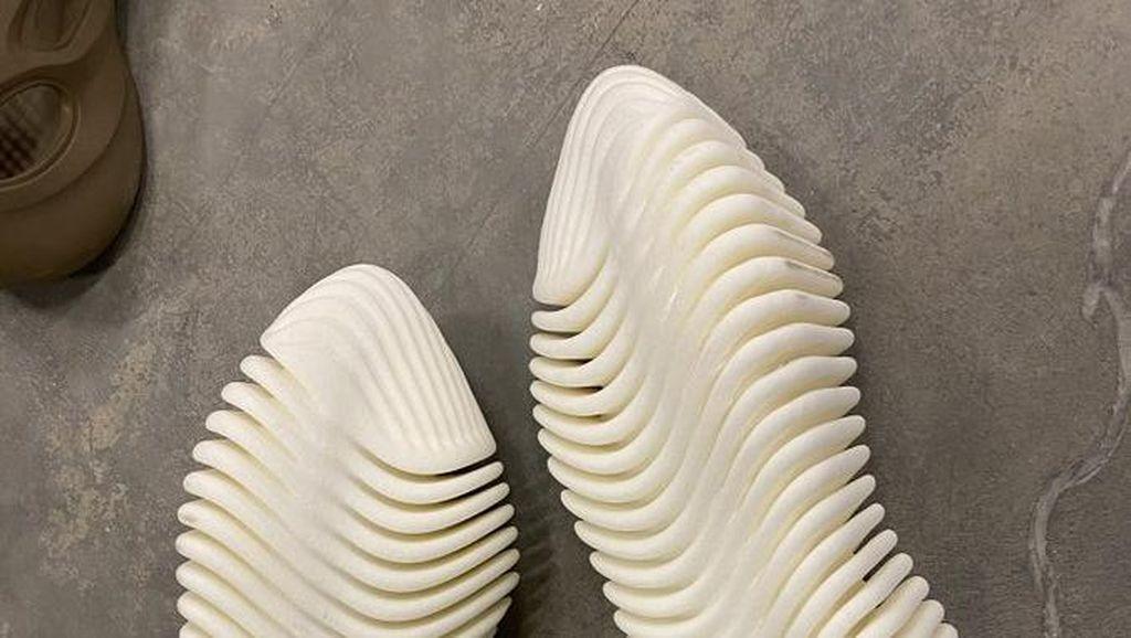 Sneakers Yeezy Terbaru Diejek Netizen Mirip Spaghetti hingga Tulang Ikan