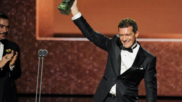 MALAGA, SPAIN - JANUARY 25: Antonio Banderas holds the Best Actor Award for the film Dolor Y Gloria during the 34rd edition of the Goya Cinema Awards at Jose Maria Martin Carpena Sports Palace on January 25, 2020 in Malaga, Spain. (Photo by Carlos Alvarez/Getty Images)