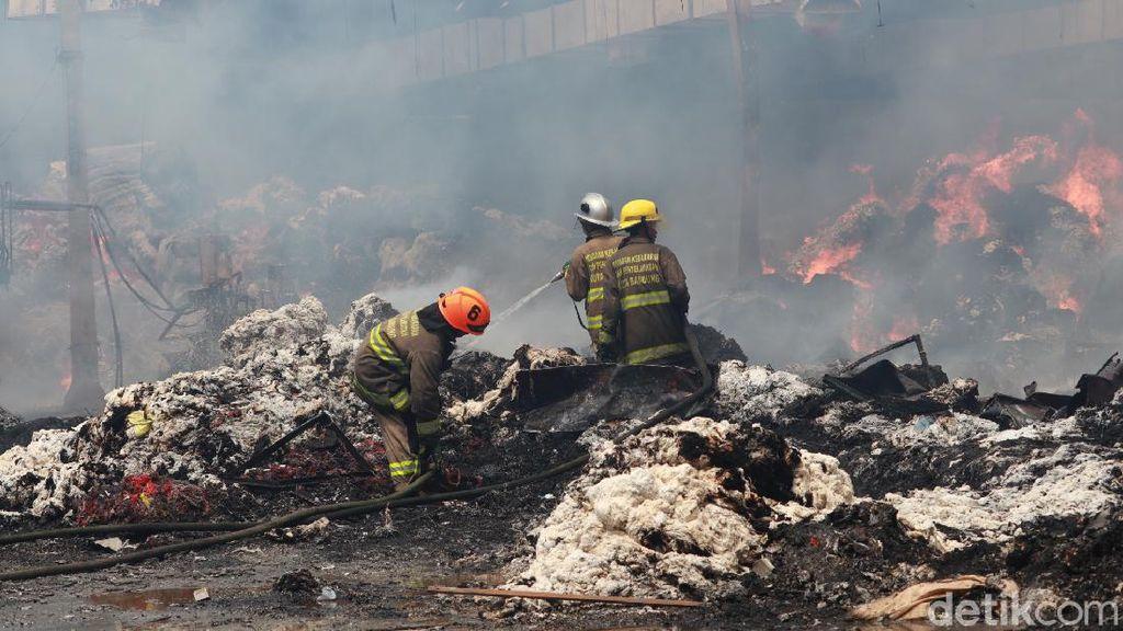 Gudang Kapas di Bandung Terbakar, 15 Unit Mobil Damkar Diterjunkan