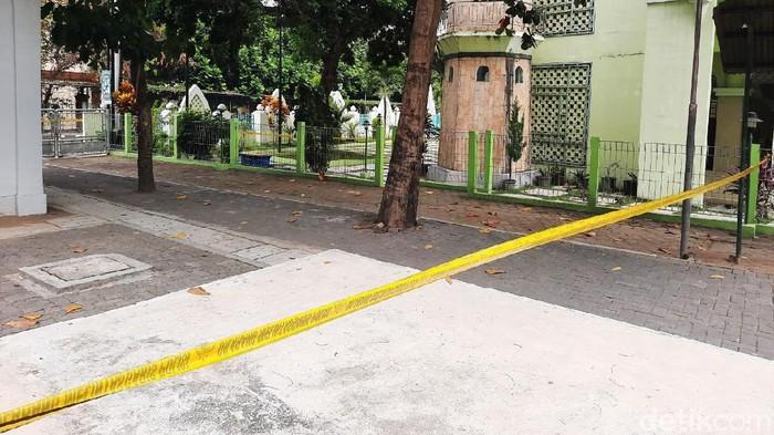 Sebuah benda mencurigakan berisi ancaman ditemukan di loker Masjid Mujahidin Universitas Negeri Yogyakarta (UNY), Karangmalang, Caturtunggal, Kecamatan Depok, Sleman, Selasa (11/8) pagi. Kini sebagian kompleks Masjid UNY dipasangi garis polisi.