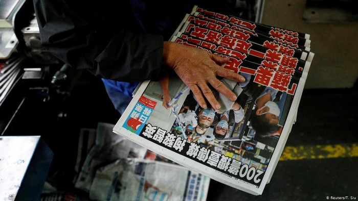 Apple Daily: Warga Hong Kong Tunjukkan Solidaritas Bagi Tabloid Pro-Demokrasi
