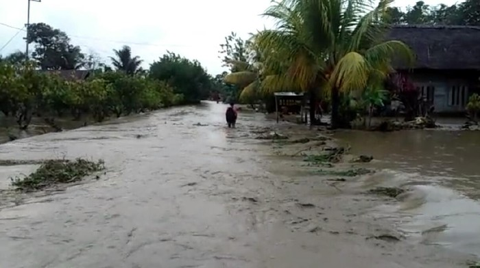 Banjir akibat Sungai Saluampak, Luwu Utara meluap.