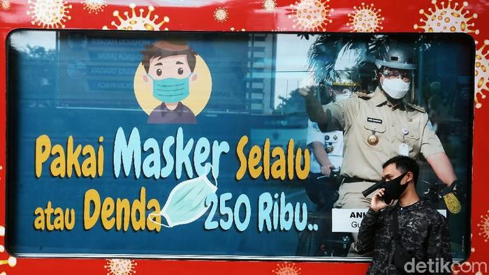Penularan Covid-19 masih terus meluas di Indonesia. Semua kelompok masyarakat, termasuk perempuan dan anak, perlu mendapat perhatian agar tidak mudah tertular virus korona baru. Berbagai upaya pun digenjot, salah satunya dengan adanya mobil keliling media sosialisasi Virus Corona, saat melakukan sosialisasi di Jalan Asia-Afrika, Jakarta, Selasa (11/08/2020).