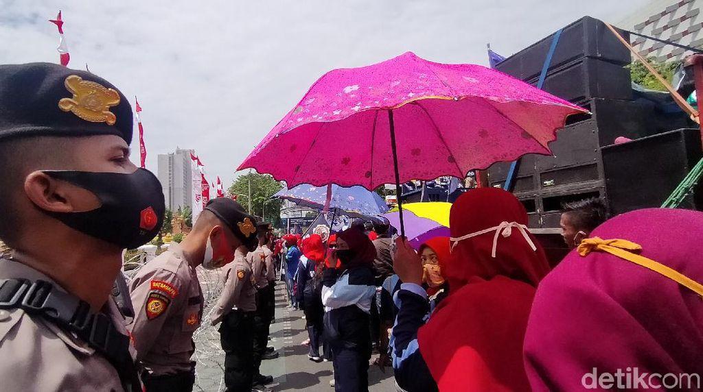 Buruh Sidoarjo Demo PHK, Arus Lalin di Tengah Kota Surabaya Macet
