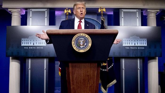 Presiden Amerika Serikat (AS) Donald Trump menggelar jumpa pers terkait virus Corona. Namun jumpa pers itu sempat dihentikan sementara karena ada penembakan di luar gedung putih.