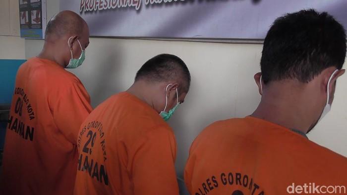 Eks anggota DPRD Kabupaten Gorontalo kembali ditangkap terkait kasus narkoba. Dia ditangkap bersama dua rekannya (Ajis Khalid/detikcom)