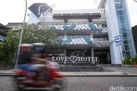 Ada cerita berbeda di Fashion Hotel Legian, Bali yang jadi sedikit tempat berteduh bagi turis selama berbulan-bulan.Hotel sepi tamu jadi cerita yang sering kita dengar selama pandemi Corona ini.