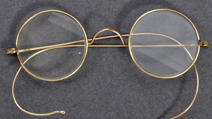Kacamata milik tokoh kemerdekaan India, Mahatma Gandhi, akan dilelang di Inggris. Diperkirakan harga kacamata itu mencapai lebih dari Rp 280 juta.