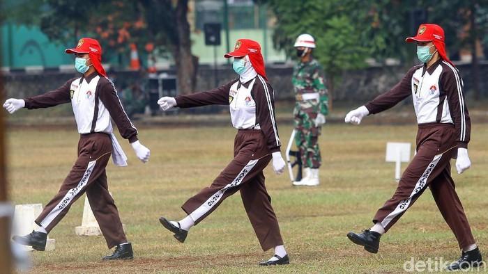 Pasukan pengibar bendera merah putih melakukan latihan di Cibubur, Jakarta Timur, Selasa (11/8/2020). Mereka akan bertugas pada upacara HUT RI di Istana Negara.