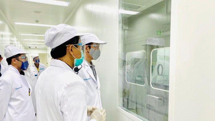 Presiden Jokowi tiba di PT Bio Farma (Persero) Bandung untuk meninjau fasilitas produksi dan pengemasan Vaksin COVID-19, Selasa 11 Agustus 2020 pukul 09.45 WIB.  Peninjauan dipandu oleh Direktur Utama PT Bio Farma (Persero) Honesti Basyir.