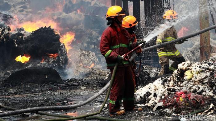 Kebakaran hebat melanda gudang produksi kapas di Kelurahan Cipadung Kulon, Kecamatan Panyileukan, Kota Bandung, Selasa (11/8/2020).