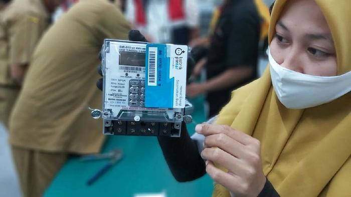 Salah satu mitra PLn yang memproduksi kWh Meter listrik adalah PT Smart Meter Indonesia. Yuk lihat pembuatan kWh Meter yang berada di Tangerang, Banten, tersebut.