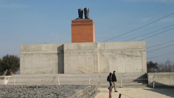 Pengunjung berjalan di depan patung Lenin. Menurut Akos, taman ini memang tentang kediktatoran. Tapi di saat yang bersamaan karena ada banyak yang membicarakan, taman ini juga tentang demokrasi. (mementopark.hu)