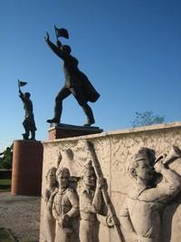 Tak terkecuali patung-patung pejuang dan tokoh lokal Hungaria yang sama-sama beraliran kiri juga ikut dipajang di taman ini, meski mereka tidak setenar Karl Marx, dkk. (mementopark.hu)
