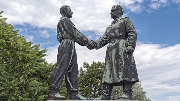 Patung-patung ini adalah bagian dari sejarah Hungaria. Hanya demokrasi yang menyediakan ruang untuk berpikir bebas tentang kediktatoran, jelas Akos. (mementopark.hu)(Universal Images Group via Getty)
