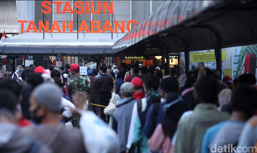 Antrean panjang calon penumpang KRL terlihat di Stasiun Tanah Abang saat jam pulang kantor. Antrean itu terjadi imbas ditutupnya pintu masuk stasiun jalur JPM.