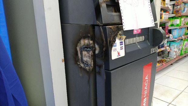 Kondisi mesin ATM usai dibobol, Gunung Putri, Kabupaten Bogor, Jawa Barat.