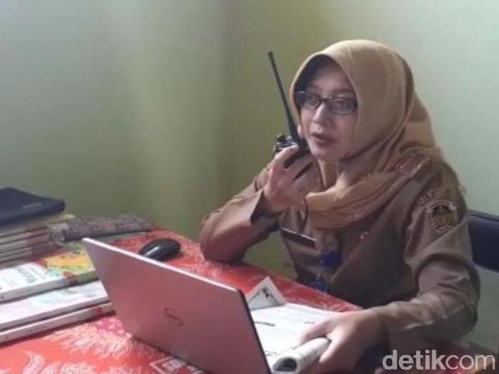 Perjuangan Guru Madiun Dengan HT Agar Murid Belajar Daring