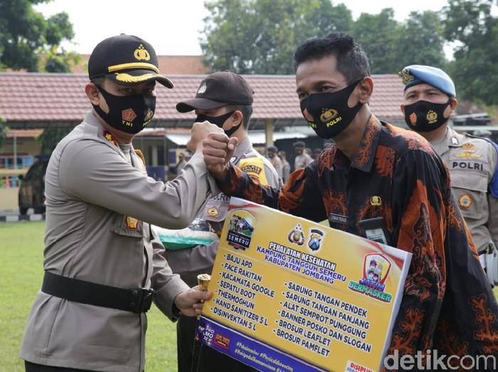 Polres Jombang mendistribusikan bantuan alat kesehatan (Alkes) ke 41 kampung tangguh semeru (KTS). Selain itu, polisi juga membagikan 10 ton beras untuk membantu warga terdampak ekonomi pandemi COVID-19.