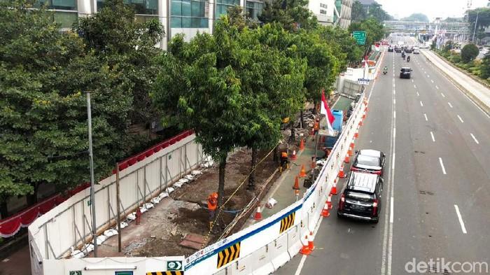 Pembangunan Proyek Moda Raya Terpadu (MRT) fase II sudah digenjot sejak 15 Juni 2020 lalu. Akibat proyek ini, ada ratusan pohon yang harus dikorbankan terlebih dahulu.