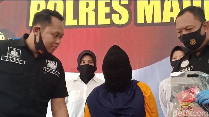 Seorang muncikari prostitusi online di Madiun ditangkap. Salah satu korbannya merupakan wanita di bawah umur.