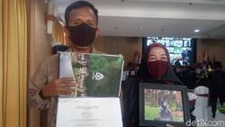 Haru Ortu Gantikan Wisuda Putri yang Meninggal, IPK Si Mahasiswi 3,90