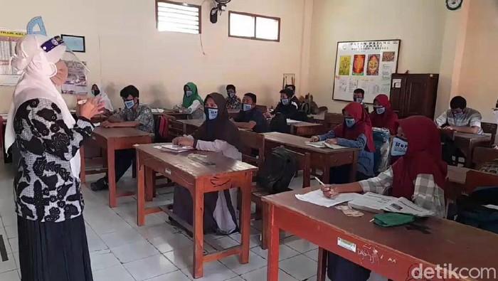 Pemerintah telah mengizinkan sekolah tatap muka di daerah zona kuning Corona. Salah satunya SMPN 1 Brebes yang memulai sekolah tatap muka perdana hari ini.