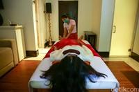 Fasilitas spa berbasis Thai Massage diThe Trans Resort Bali. Sebelum pandemi fasilitas ini sangat diminati tamu. Kini ada protokol baru yakni tiap tamu dan terapis harus mandi sebelum dipijat.