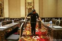 Mengukur jarak di ballroomThe Trans Resort Bali. Ruangan ini adalah yang terbesar di kawasan Seminyak.