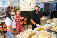 Dan buffet di The Trans Resort Bali akan disajikan bagi tamu berkelompok. Namun, saat mengambil makanan akan dilayani oleh pramusaji.