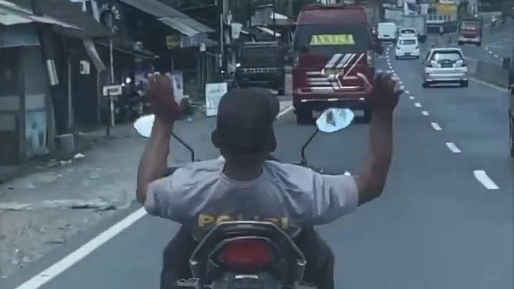 Viral Pemotor Berkaus Polisi Berkendara Lepas Setang-Tak Pakai Helm