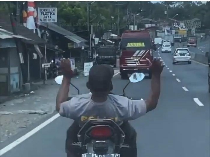 Viral pemotor berkaus polisi berkendara lepas setang-tak pakai helm, Selasa (11/8/2020).
