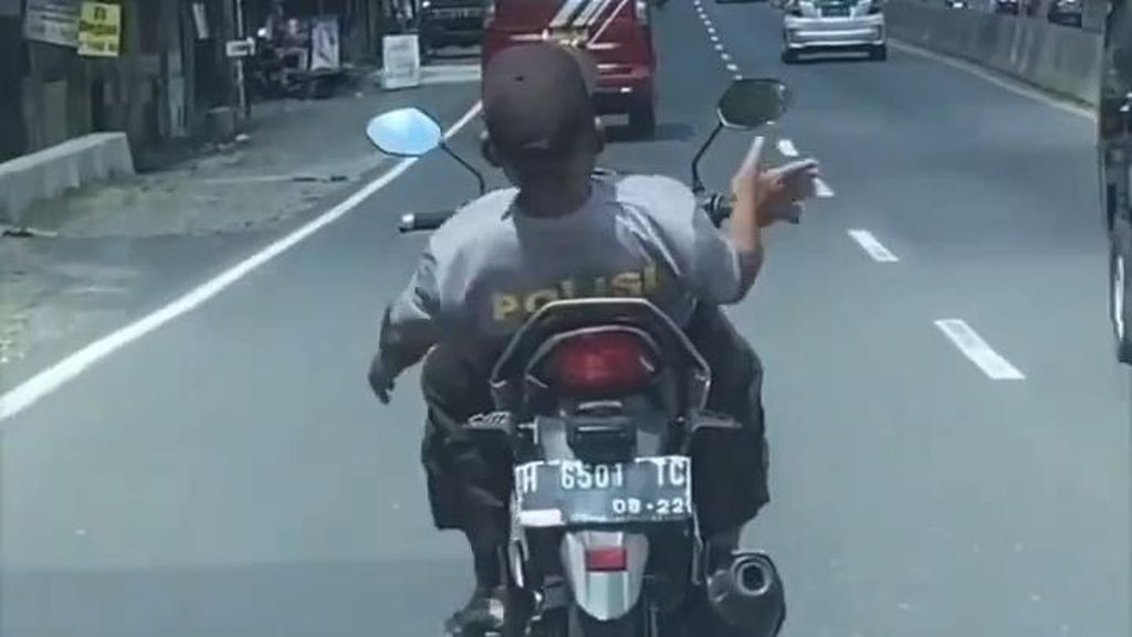 Viral Pria Berkaus Polisi Naik Motor Sambil Rebahan, Ini Faktanya