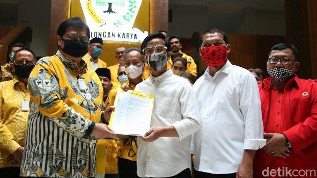 Putra Presiden Joko Widodo (Jokowi), Gibran Rakabuming Raka, menyambangi kantor DPP Partai Golkar, Jakarta Barat, Rabu (11/8/2020). Gibran datang untuk menerima secara langsung surat keputusan (SK) dukungan dari Golkar dalam Pemilihan Wali Kota (Pilwalkot) Solo dalam Pilkada Serentak 2020.