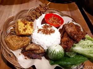 Ayam Cipo: Mantap Banget! Makan Ayam Goreng Serundeng Pakai Lalapan Sebaskom