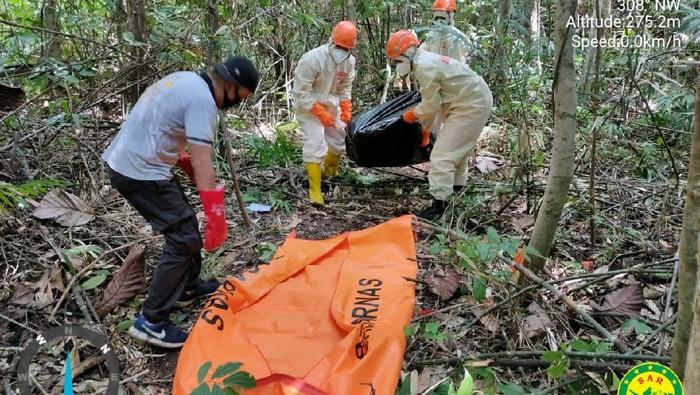 Basarnas Manado mengevakuasi pria yang ditemukan tewas di wisata Air Terjun Talawaan, Minahasa Utara, Sulawesi Utara.