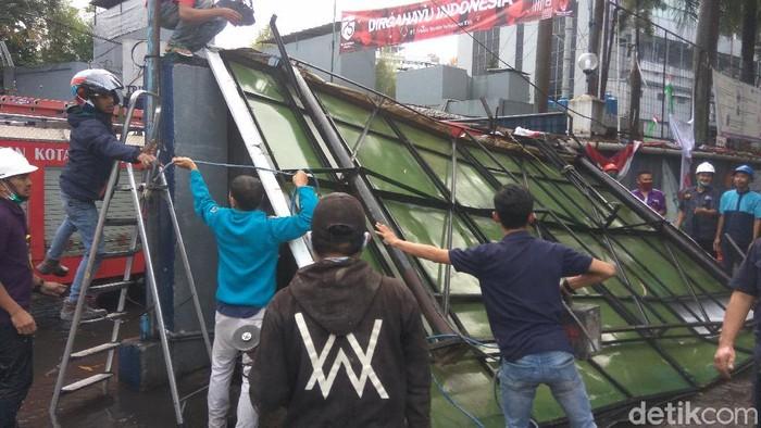Billboard di Kota Cimahi ambruk diterjang hujan dan angin besar.