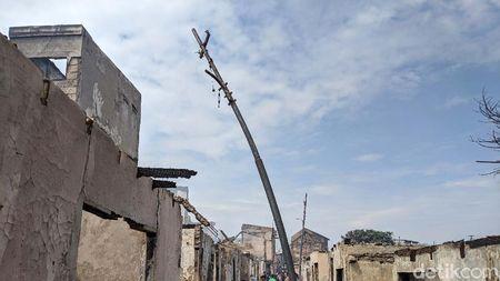 Bukti Panasnya Kebakaran Duri Tambora, Tiang Listrik Bengkok