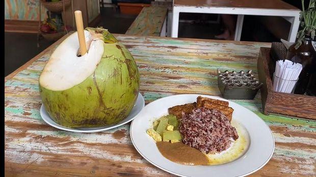 bule makan makanan Indonesia
