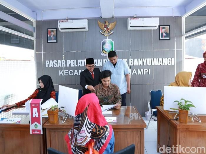 Menantu Presiden Joko Widodo, Bobby Nasution sempat mengunjungi Banyuwangi pada Februari lalu. Ia melihat sejumlah praktik inovasi pelayanan publik, serta pengembangan ekonomi berbasis masyarakat.