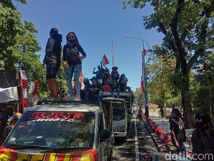 Jalan depan Balai Kota Surabaya lagi-lagi menjadi tempat berjoget. Massa pekerja seni Surabaya yang demo, memutar berbagai macam lagu.