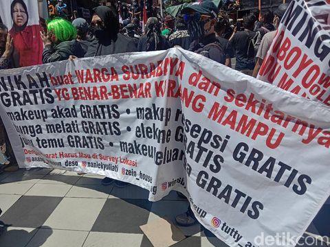 Massa pekerja seni Surabaya demo menuntut Perwali No 33 dihapus. Tak hanya berorasi, mereka menyampaikan aspirasi lewat spanduk dan poster.