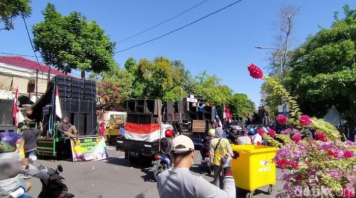 Ratusan pekerja seni Surabaya tak jadi menginap di balai kota. Tuntutan mereka terpenuhi, di mana warga tidak dilarang menggelar hajatan.